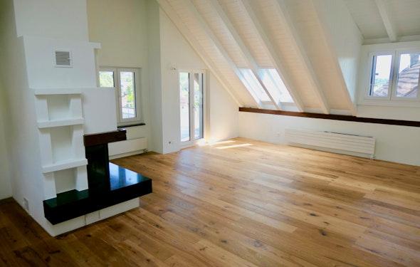 Ruhige komplett renovierte Dachwohnung